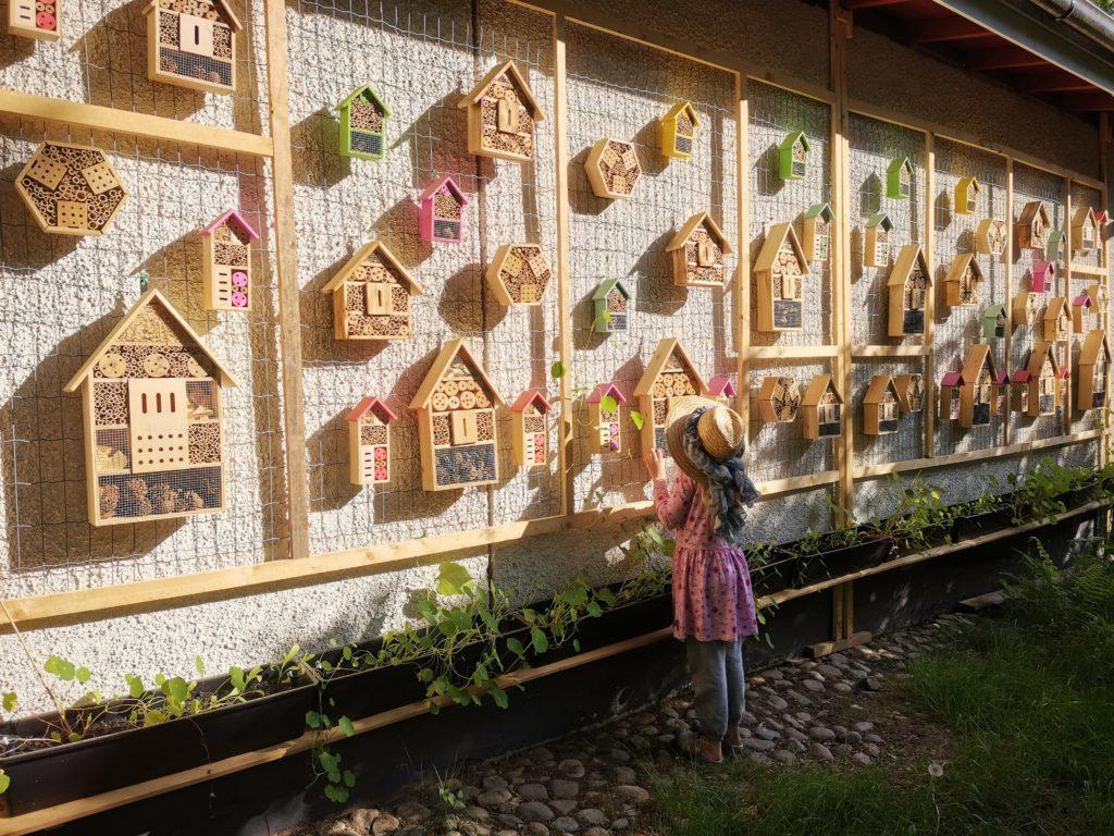 Hyönteishotelliseinä kuin pieni kaupunki